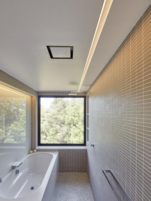 Salle de bain de taille moyenne avec un placard porte for Baignoire avec porte vitree