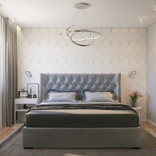 Ispirazione per una camera matrimoniale moderna di medie dimensioni con pareti beige, parquet chiaro, soffitto a cassettoni e carta da parati