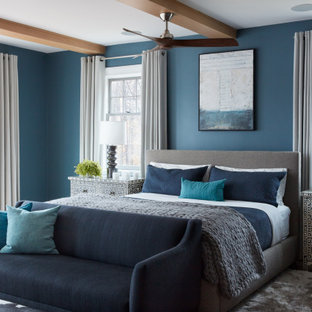 ボストンの中くらいのトランジショナルスタイルのおしゃれな主寝室 (青い壁、カーペット敷き、マルチカラーの床、表し梁、青いソファ、白い天井)