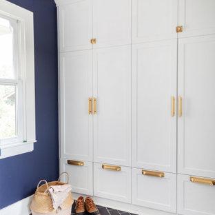 Свежая идея для дизайна: маленький тамбур в стиле фьюжн с синими стенами, полом из сланца, серым полом и панелями на стенах - отличное фото интерьера