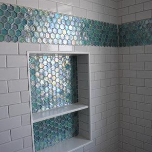 Пример оригинального дизайна: ванная комната среднего размера в современном стиле с фасадами в стиле шейкер, бирюзовыми фасадами, раздельным унитазом, белой плиткой, керамической плиткой, белыми стенами, полом из керамической плитки, душевой кабиной, врезной раковиной, столешницей из искусственного камня, белым полом, душем с распашными дверями, белой столешницей, тумбой под одну раковину и напольной тумбой