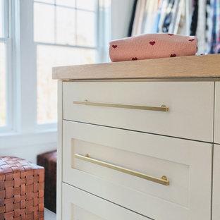 Ispirazione per un armadio incassato unisex chic con ante in stile shaker, ante beige, moquette e pavimento beige