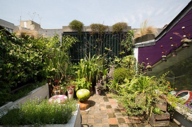 Contemporary Garden by Mimos interiors