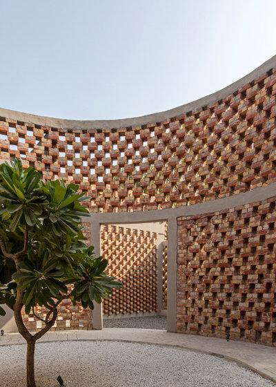 Современный Дворик by homes by design