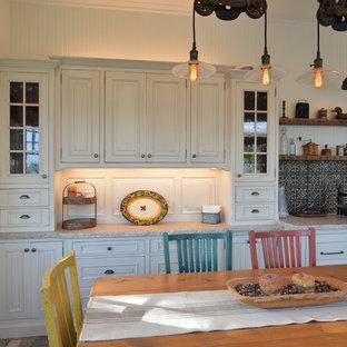 サンルイスオビスポの小さいシャビーシック調のおしゃれなキッチン (レイズドパネル扉のキャビネット、白いキャビネット、珪岩カウンター、白いキッチンパネル、メタルタイルのキッチンパネル、パネルと同色の調理設備、レンガの床、アイランドなし、グレーの床、白いキッチンカウンター) の写真
