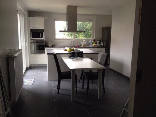 Quelle couleur de mur pour cuisine blanche avec sol gris?