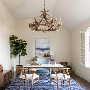 Inredning av ett klassiskt arbetsrum, med beige väggar, mörkt trägolv, ett fristående skrivbord och brunt golv