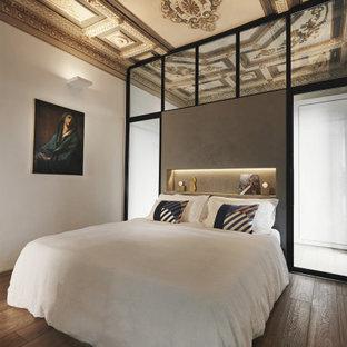 ローマのコンテンポラリースタイルのおしゃれな寝室 (淡色無垢フローリング、格子天井) のレイアウト