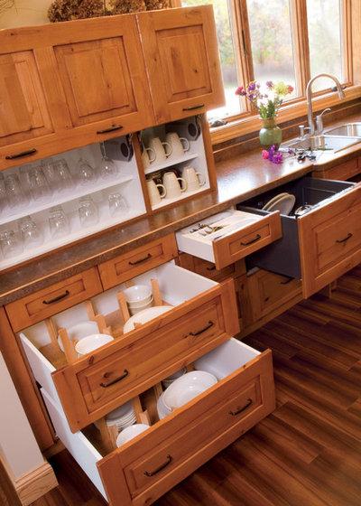 Классический Кухня by Sawhill Kitchens