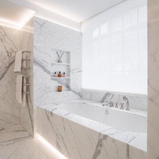 На фото: большая ванная комната в современном стиле с плоскими фасадами, белыми фасадами, накладной ванной, открытым душем, инсталляцией, белыми стенами, мраморным полом, душевой кабиной, мраморной столешницей, белым полом, открытым душем, белой столешницей, унитазом, тумбой под одну раковину, встроенной тумбой и кессонным потолком с