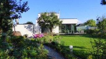 Modernes Haus, üppiger Garten