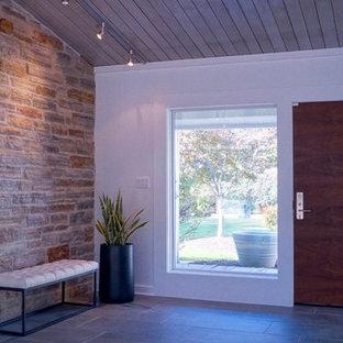 Idée de décoration pour un hall d'entrée design de taille moyenne avec un mur blanc, un sol en ardoise, une porte simple, une porte en bois foncé et un sol gris.