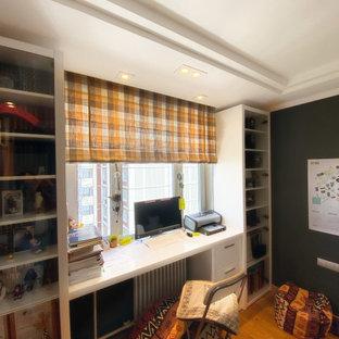 Свежая идея для дизайна: рабочее место среднего размера в стиле фьюжн с зелеными стенами, полом из ламината, встроенным рабочим столом и оранжевым полом - отличное фото интерьера