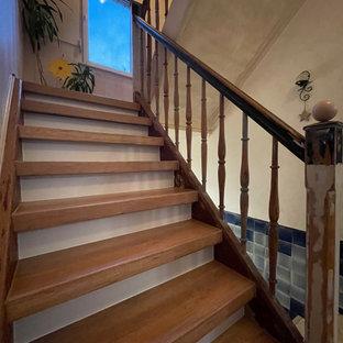 Esempio di una scala a rampa dritta stile shabby di medie dimensioni con pedata in legno verniciato, alzata in legno, parapetto in legno e carta da parati