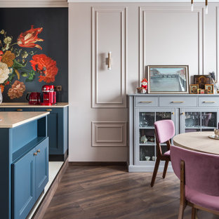 Стильный дизайн: столовая в классическом стиле с розовыми стенами, темным паркетным полом, коричневым полом и панелями на части стены - последний тренд