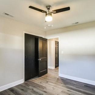 ボルチモアの小さいトラディショナルスタイルのおしゃれな客用寝室 (ベージュの壁、ラミネートの床、グレーの床、グレーの天井) のレイアウト