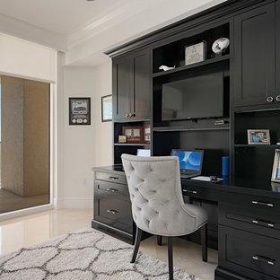 ニューヨークの中サイズのエクレクティックスタイルのおしゃれな書斎 (グレーの壁、磁器タイルの床、暖炉なし、自立型机、ベージュの床) の写真