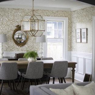 Imagen de comedor ecléctico con paredes metalizadas y suelo de madera en tonos medios