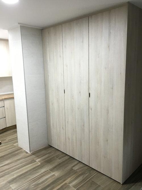 Cocina con encimera imitaci n madera y puerta blanca veteada - Encimera de madera para cocina ...