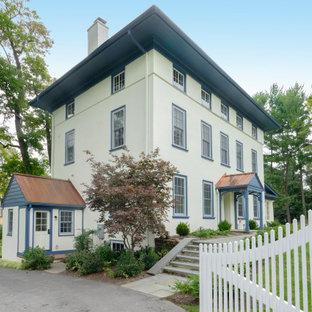 Inspiration för ett stort vintage beige hus, med stuckatur och tak i mixade material