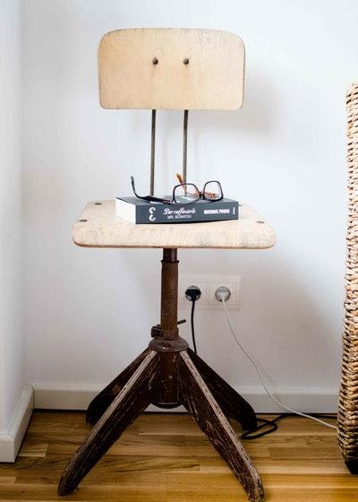 idea to steal einen alten stuhl als nachttisch nutzen. Black Bedroom Furniture Sets. Home Design Ideas