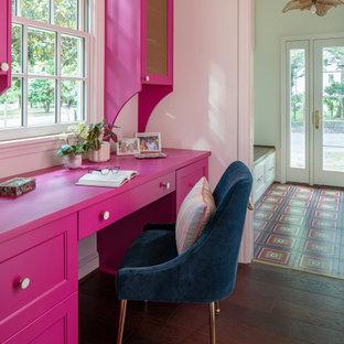 Свежая идея для дизайна: маленькое рабочее место в стиле фьюжн с розовыми стенами, паркетным полом среднего тона, встроенным рабочим столом и коричневым полом - отличное фото интерьера
