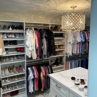 フェニックスの広い女性用シャビーシック調のおしゃれなウォークインクローゼット (シェーカースタイル扉のキャビネット、白いキャビネット、磁器タイルの床、白い床) の写真