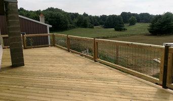 Deck with hog fence railing