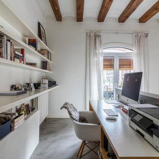 バルセロナの中くらいのアジアンスタイルのおしゃれな書斎 (白い壁、コンクリートの床、自立型机、グレーの床、表し梁) の写真