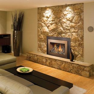 Soggiorno con pareti beige e pavimento in bambù - Foto e ...