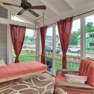 Foto di un grande portico stile americano nel cortile laterale con un portico chiuso, pedane, un tetto a sbalzo e parapetto in legno