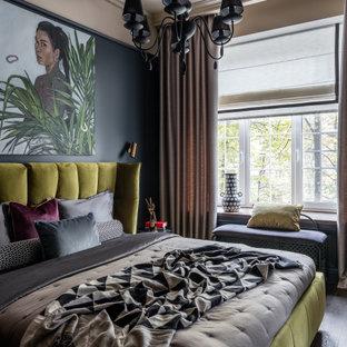 Стильный дизайн: хозяйская спальня в современном стиле с серыми стенами и коричневым полом - последний тренд