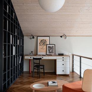 Modernes Arbeitszimmer mit weißer Wandfarbe, braunem Holzboden, freistehendem Schreibtisch, braunem Boden und Holzdielendecke in Sonstige