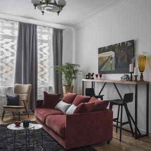 Неиссякаемый источник вдохновения для домашнего уюта: гостиная комната в современном стиле с белыми стенами и паркетным полом среднего тона