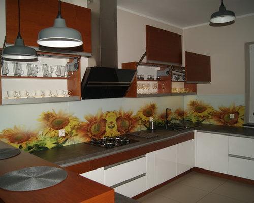 U Kuche Mit Zwei Farben Glasruckwand Licht In Hangeschranken