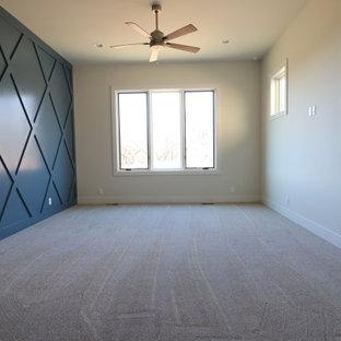 Klassisches Hauptschlafzimmer mit blauer Wandfarbe, Teppichboden und vertäfelten Wänden in Omaha