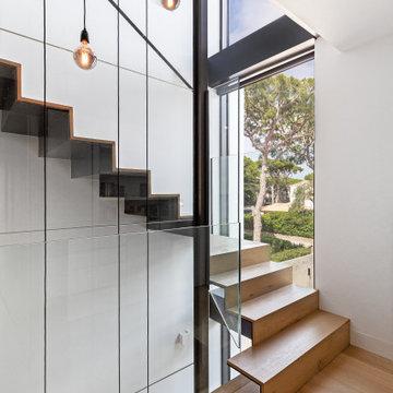 Escalera de chapa doblada revestida de madera