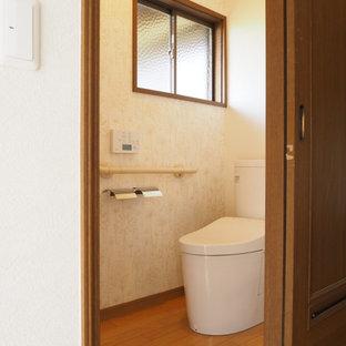 Idéer för ett mellanstort modernt toalett, med en toalettstol med separat cisternkåpa, vita väggar, plywoodgolv och brunt golv