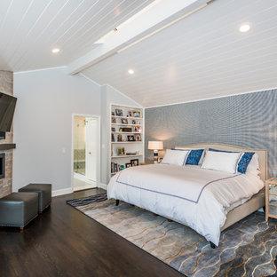 Immagine di una camera matrimoniale chic di medie dimensioni con pareti blu, parquet scuro e camino lineare Ribbon