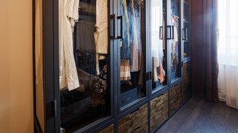 Гардеробная со стеклянными дверцами