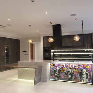 Источник вдохновения для домашнего уюта: большая прямая кухня в современном стиле с обеденным столом, накладной раковиной, плоскими фасадами, серыми фасадами, столешницей из акрилового камня, серым фартуком, зеркальным фартуком, черной техникой, полом из керамической плитки, островом, белым полом, разноцветной столешницей и правильным освещением