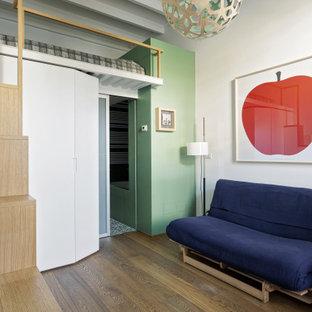 Esempio di una piccola camera degli ospiti contemporanea con pareti verdi, pavimento in legno massello medio, pavimento beige e travi a vista