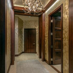 Inredning av en modern stor foajé, med metallisk väggfärg, klinkergolv i porslin, en enkeldörr, mörk trädörr och beiget golv