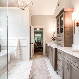 Inredning av ett klassiskt mellanstort vit vitt en-suite badrum, med skåp i shakerstil, skåp i ljust trä, ett fristående badkar, en dusch i en alkov, en toalettstol med hel cisternkåpa, vit kakel, porslinskakel, blå väggar, klinkergolv i porslin, ett nedsänkt handfat, bänkskiva i kvarts, vitt golv och dusch med gångjärnsdörr
