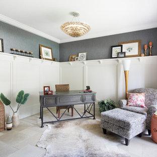 オースティンの中くらいのトラディショナルスタイルのおしゃれなホームオフィス・書斎 (ライブラリー、磁器タイルの床、自立型机、ベージュの床、羽目板の壁) の写真