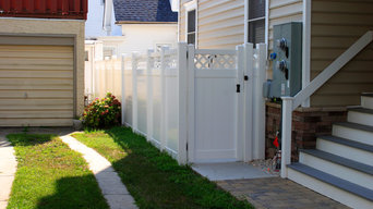 White Vinyl Privacy Fence with Lattice Top & Gate