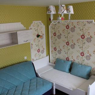 Exempel på ett mellanstort modernt könsneutralt barnrum för 4-10-åringar, med flerfärgade väggar