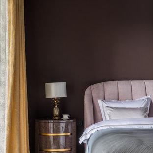 Свежая идея для дизайна: хозяйская спальня среднего размера в современном стиле с фиолетовыми стенами и коричневым полом - отличное фото интерьера
