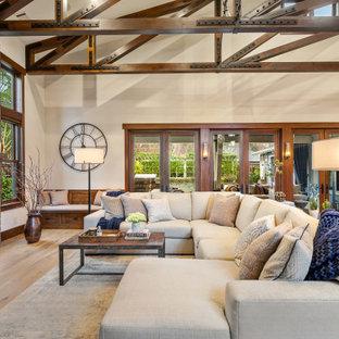 Inredning av ett rustikt mellanstort allrum med öppen planlösning, med beige väggar, ljust trägolv, en standard öppen spis och en väggmonterad TV