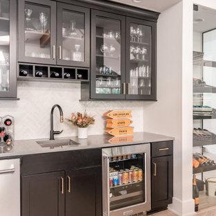 オマハのトランジショナルスタイルのおしゃれなホームバー (白いキッチンカウンター) の写真
